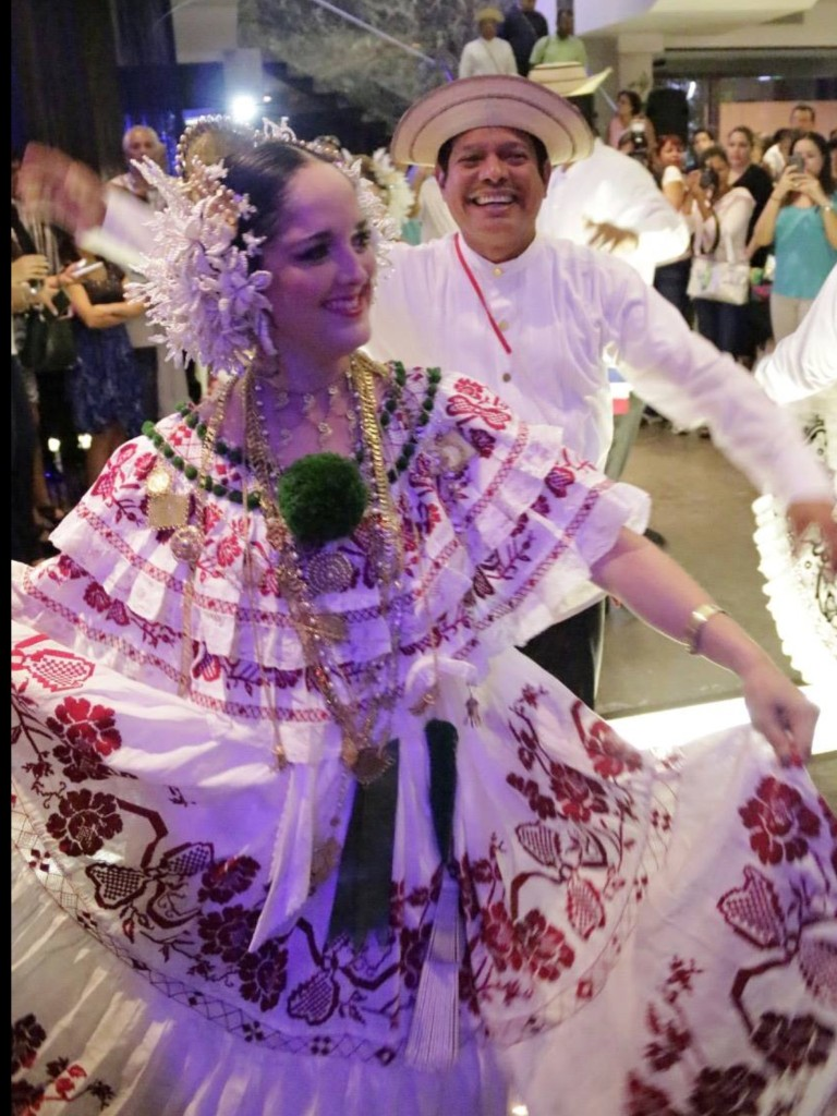 Pollera dancer is certified Spanish teacher with more than 10 years experience teaching Spanish to foreigners st Spanish Panama Spanish school.