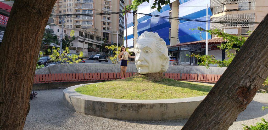 Esuela de español e inglés, Spanish Panama Language School, se encuentra frente a Cabeza Einstein, justo en Via Argentina en la ciudad de Panamá